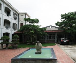 学校施設(パティオと職員室)